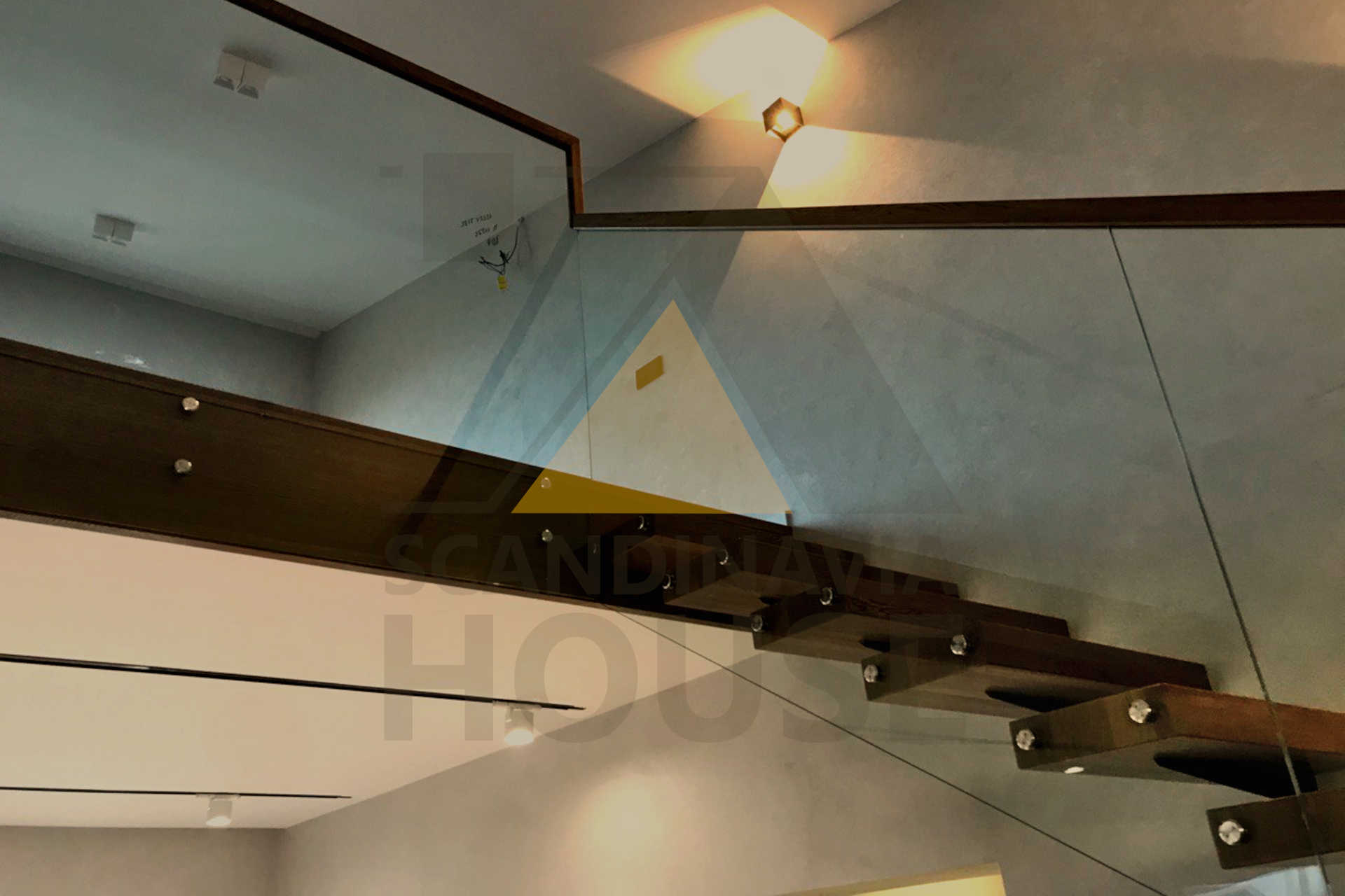 Консольная лестница со стеклянным ограждением Триплекс дуб
